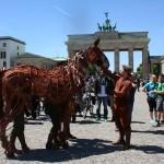 """Die magischen Pferde im Theaterstück """"GEFÄHRTEN"""""""